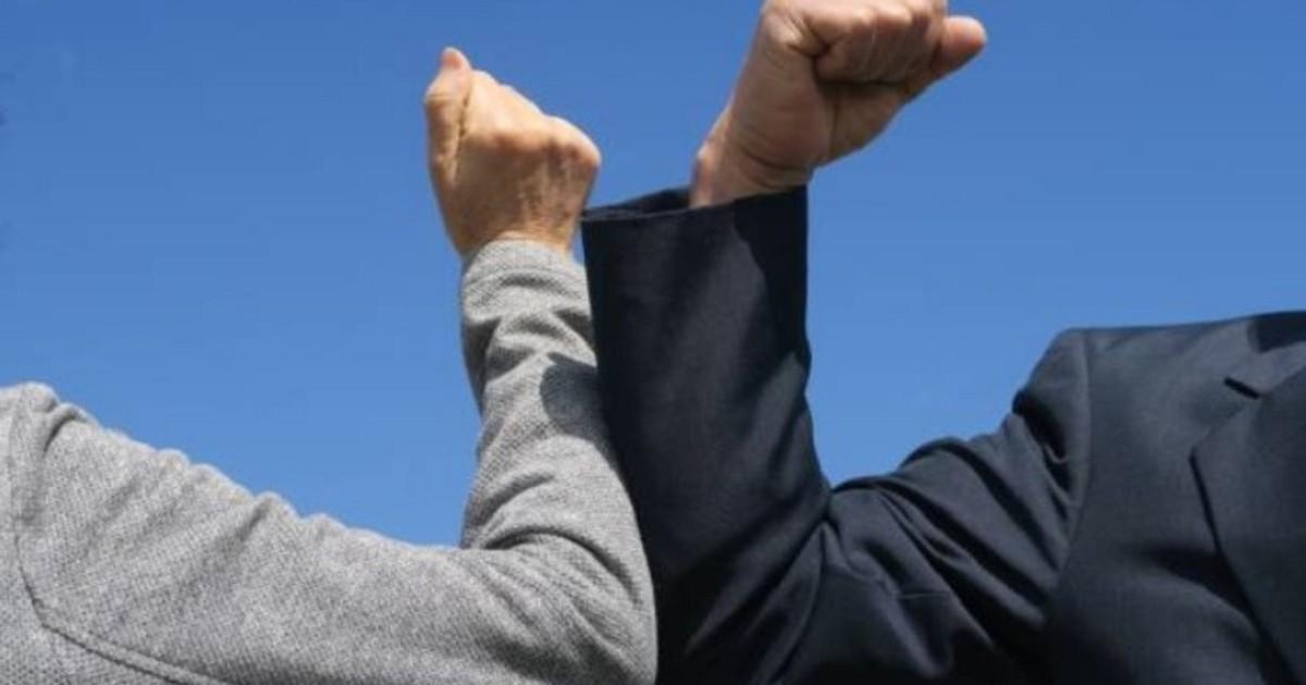 OMS pide no saludar con el codo y propone una nueva alternativa