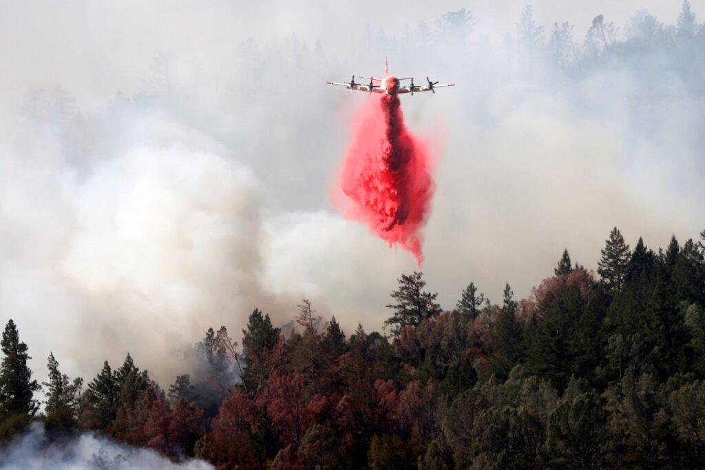Miles de evacuados mientras los incendios se propagan en California