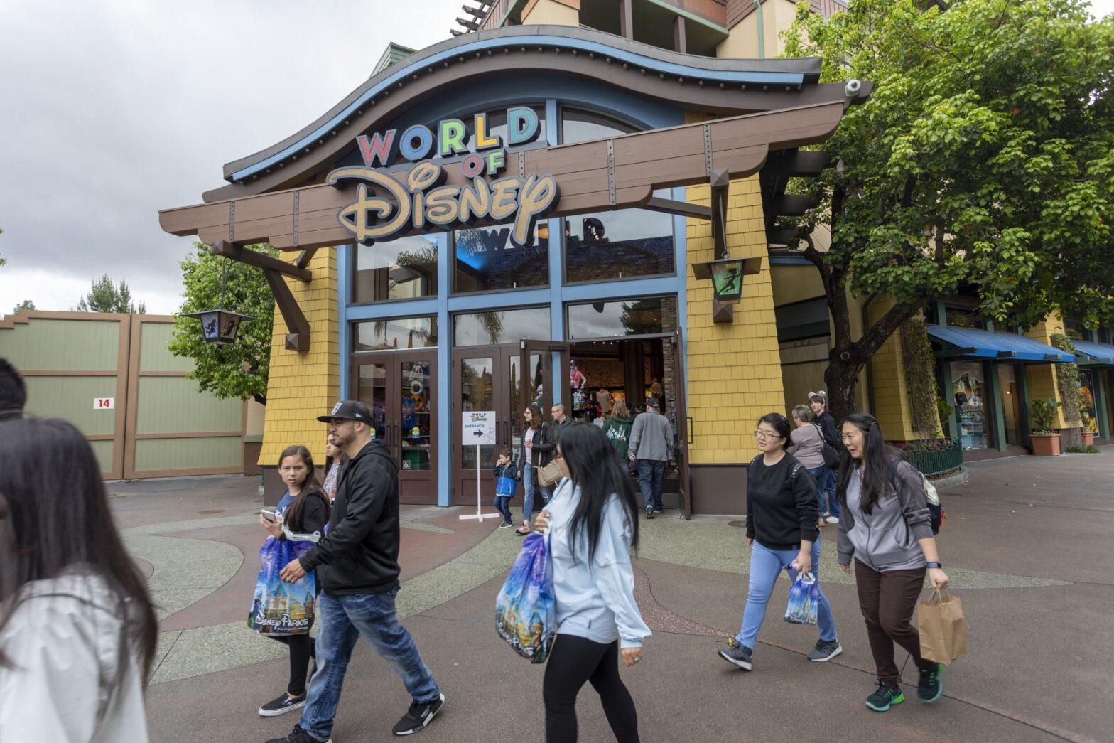 Cientos de trabajadores de Disney exigen ayuda en EE. UU. tras ser despedidos