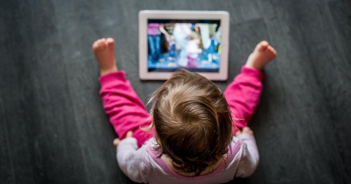 Dificultades en el desarrollo y merma en el vocabulario, algunos de los problemas de los bebés que ven pantallas