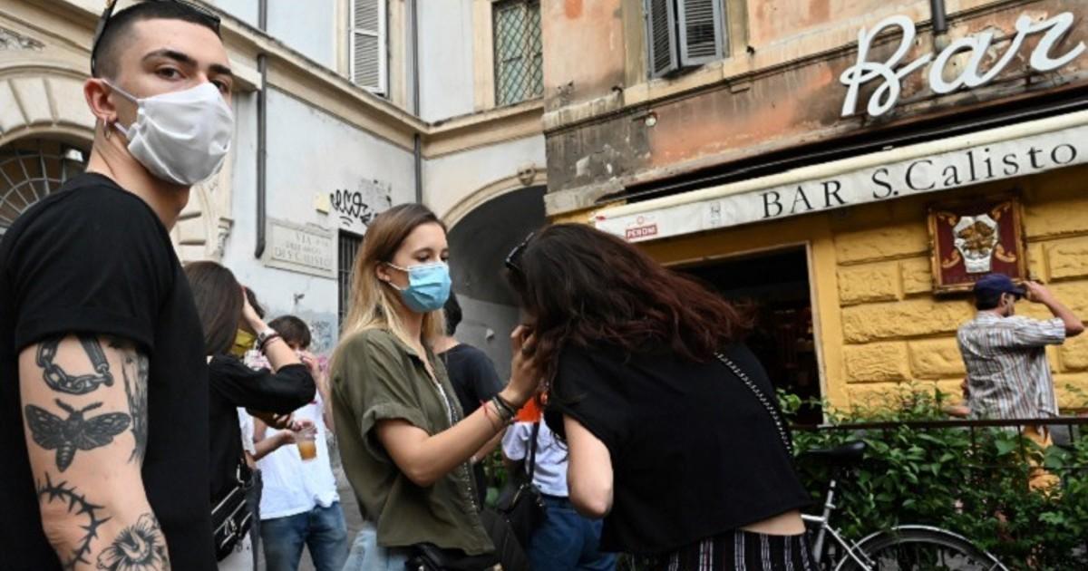 Italia cierra restaurantes y bares a medianoche, y prohíbe fiestas privadas por el coronavirus