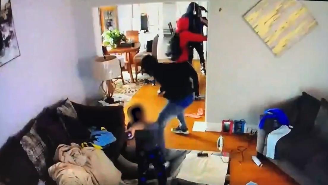 VIDEO: Un niño de 5 años lanza juguetes y empuja a ladrones armados que robaban en su casa para defender a su madre