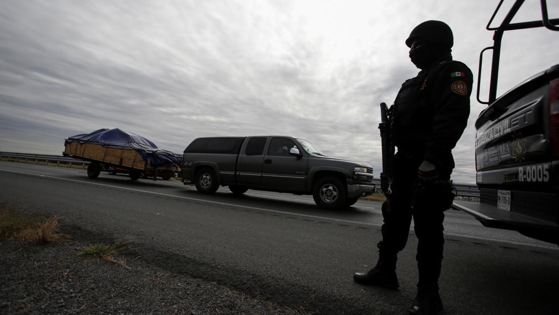 Pasajeros de un autobús en México despojan a ladrones de sus armas, los matan y los tiran en una autopista
