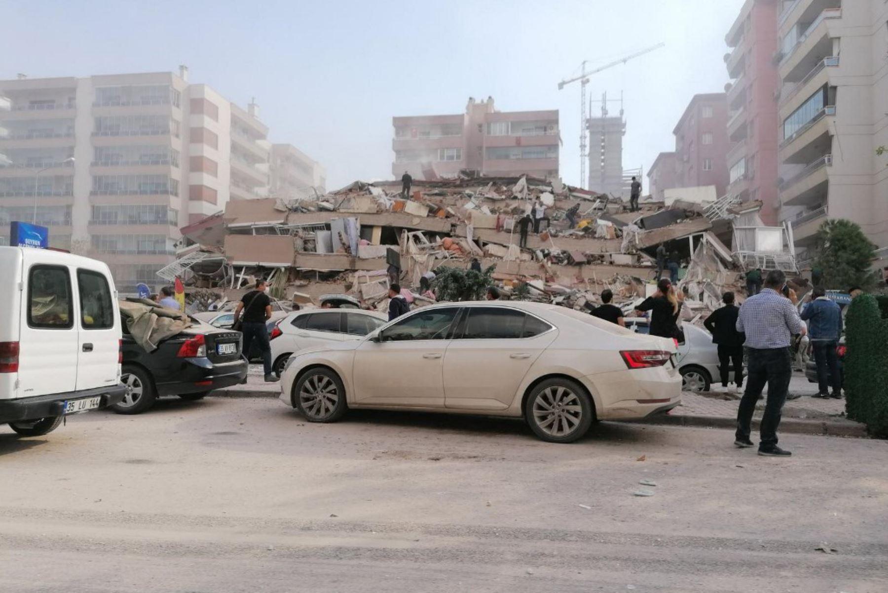 Terremoto de magnitud 7 causa derrumbamiento de edificios en Turquía