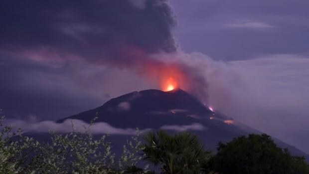 Miles de personas se vieron obligadas a huir tras la erupción de un volcán en el este de Indonesia   Noticias CBC