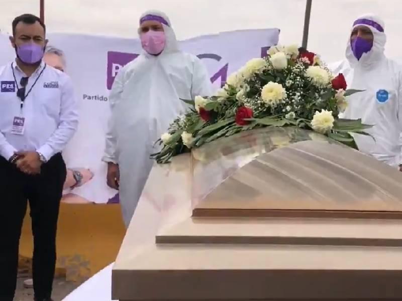 Candidato a diputado inicia su campaña dentro de un ataúd