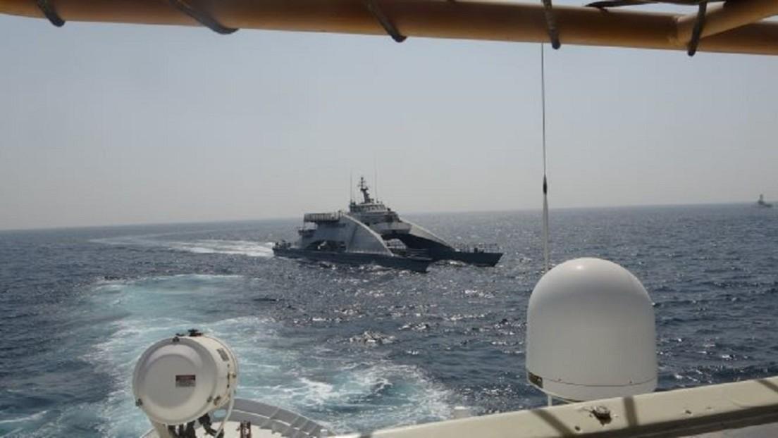 Un buque militar de EE.UU. realiza disparos de advertencia tras el acercamiento de tres navíos iraníes