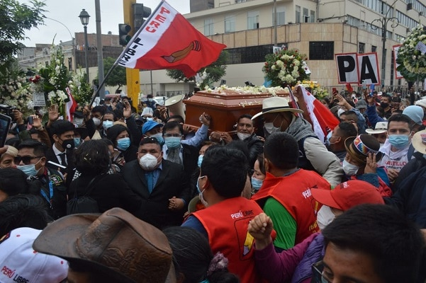 Pedro Castillo usa cadáver para exigir poder
