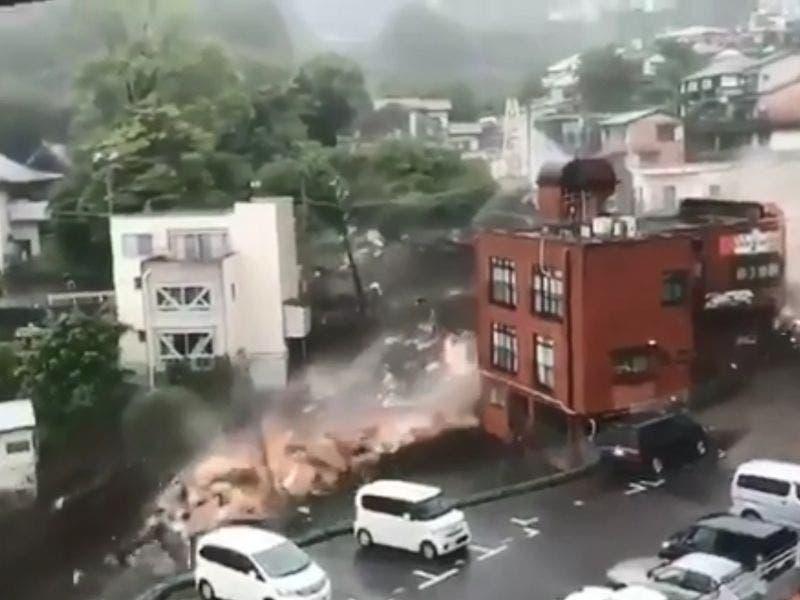 VIDEO: Fuertes lluvias provocan un enorme deslave en Japón